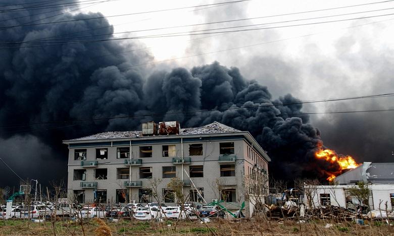 L'explosion, dont l'origine n'est pas connue, a provoqué jeudi une énorme boule de feu de plusieurs dizaines de mètres de haut ainsi qu'une épaisse colonne de fumée grise. Ph. AFP