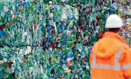 Samir Benmalek Selon l'ONU, la contamination des plastiques triés par différents produits chimiques a pour conséquence l'augmentation du coût du recyclage.