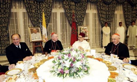 S.M. le Roi offre un dîner officiel  en l'honneur de la délégation accompagnant Sa Sainteté le Pape François