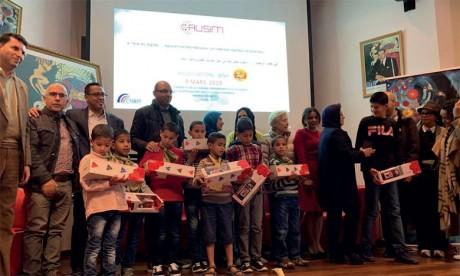 La journée s'est terminée par la remise de prix aux femmes et aux enfants pour les remercier de leur participation, attention et engagement.
