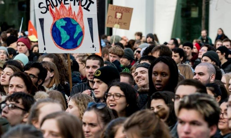 Des milliers de jeunes manifestants ont défilé dans les rues de Montréal, pour appeler les élus canadiens à agir de toute urgence pour freiner les changements climatiques. Ph : AFP