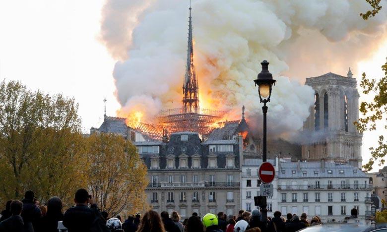 Quelque 400 pompiers ont bataillé une bonne partie de la nuit pour venir à bout de l'incendie de Notre-Dame de Paris. Ph :  AFP