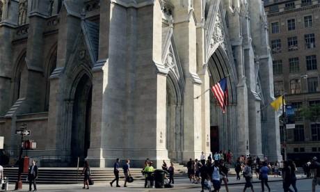 Un homme arrêté à la cathédrale de New York avec des bidons d'essence