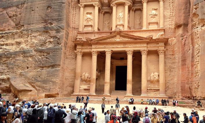 Le trésor ou Al Khazneh, le monument le plus célèbre de Pétra, apparaît au bout du Siq.