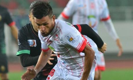 Les joueurs du  Hassania Union Sport d'Agadir (HUSA) ont par la suite multiplié les occasions sans pour autant parvenir à déverrouiller les buts adverses. Ph : Seddik