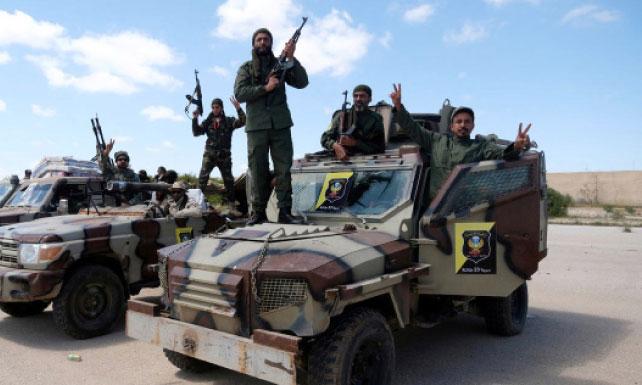 L'aéroport de Tripoli rouvert pour les vols  nocturnes seulement, poursuite des combats