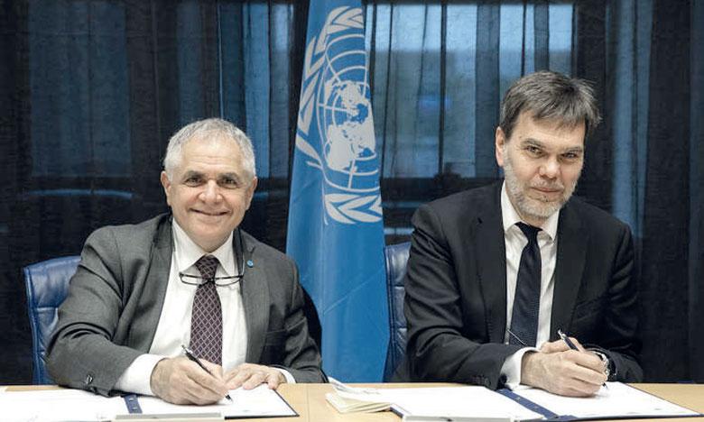 Roberto Ridolfi (à gauche), sous-directeur général de la FAO, et Andreas Biermann, directeur adjoint de la division de l'atténuation et de l'adaptation du Fonds mondial pour les forêts, signant l'accord au siège de la FAO à Rome. Ph. FAO