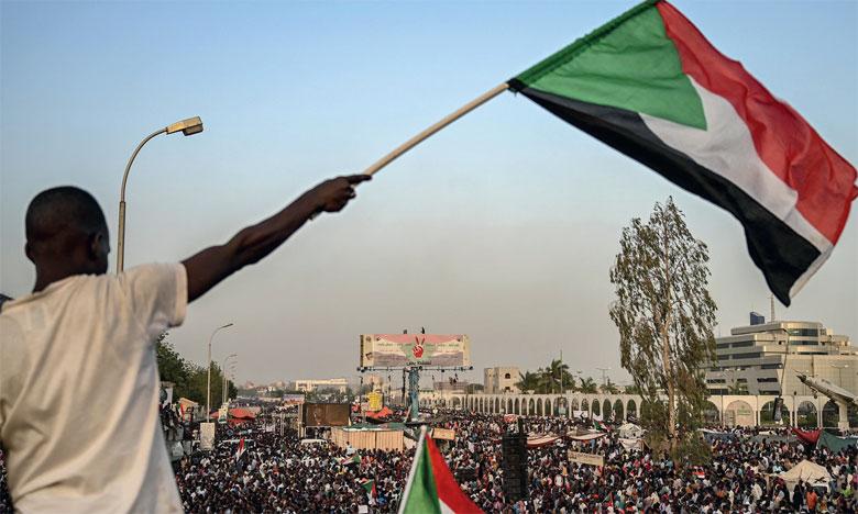 Depuis le 6 avril, des milliers de Soudanais campent devant le QG de l'armée.                 Ph. DR