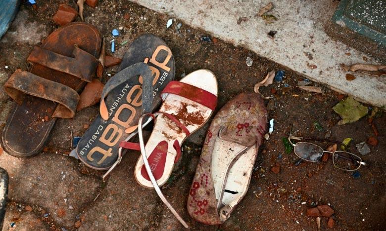 Chaussures et autres effets de victimes sont exposés devant l'entrée de l'église Saint-Sébastien de Negombo, au lendemain de l'explosion meurtrière.  Ph :  AFP
