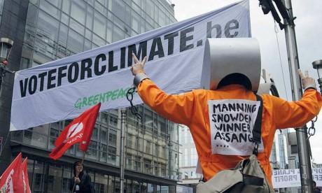 Des militants déguisés, mimant des insectes à l'agonie au milieu de fumigènes, accueillant les actionnaires du géant pétrochimique allemand Bayer, propriétaire de l'américain Monsanto, producteur de pesticide. Ph. DR