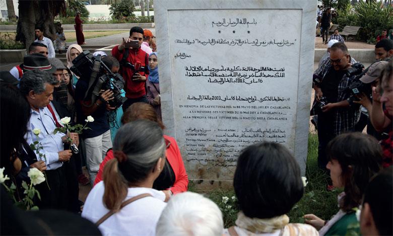 En signe de recueillement, les personnes présentes à la commémoration ont déposé des fleurs tout autour de la stèle.                       Ph. Seddik
