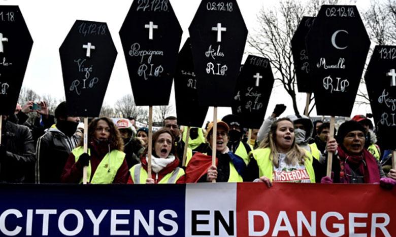 Des «Gilets jaunes» manifestent à Paris en brandissant des cercueils représentant les morts accidentelles de personnes en marge du mouvement. Ph. AFP