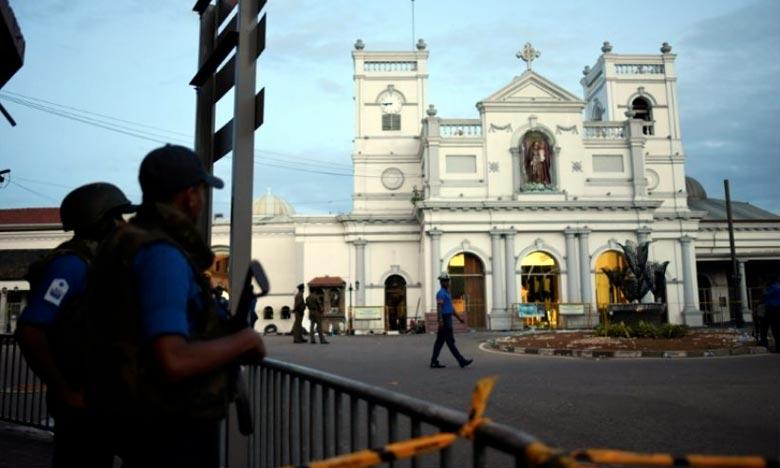 Des membres des services de sécurité montent la garde devant l'église Saint-Antoine à Colombo, deux jours après que le lieu de culte a été frappé par une explosion meurtrière. Ph : AFP