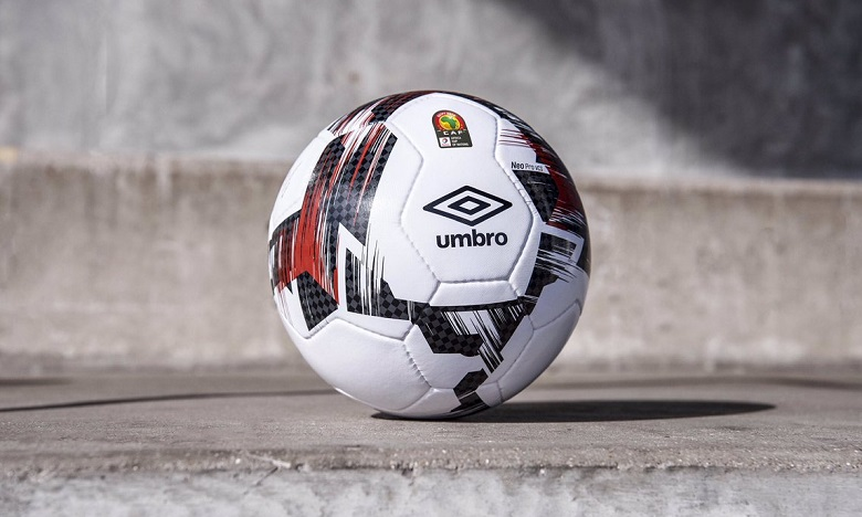 Le design du ballon, conçu par Umbro spécialement pour cette compétition, est inspiré des couleurs du drapeau du pays organisateur. Ph. DR
