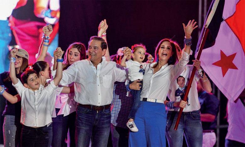 Le candidat social-démocrate Laurentino «Nito» Cortizo (au centre) lors du dernier meeting de  campagne pour la présidentielle, le 1er mai 2019 à Panama.       Ph. AFP