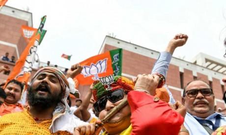 Des partisans du BJP, le parti du Premier ministre indien Narendra Modi, fêtant le résultat des votes aux législatives, le 23 mai 2019 à New Delhi. Ph. AFP