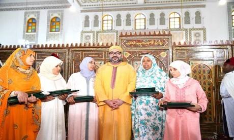 S.M. le Roi remet le Prix Mohammed VI aux majors du programme national de lutte contre l'analphabétisme
