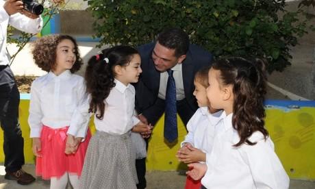 Le programme de sensibilisation porte notamment sur la diffusion et l'activation du principe de l'obligation de scolarité en veillant à ce que les élèves ayant abandonné l'école regagnent leurs établissements.