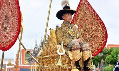 Le Roi de la Thaïlande fait son premier discours  et appelle son pays à l'union