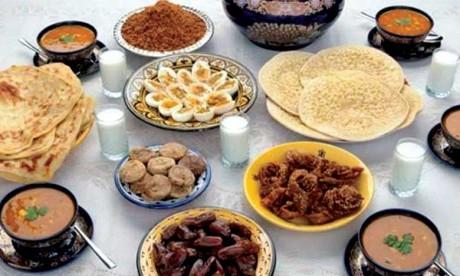 La Garde Royale organise la distribution de repas du Ftour au profit des familles nécessiteuses