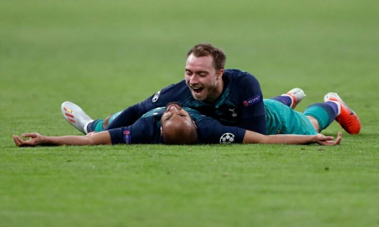 La joie du Brésilien Lucas Moura (dos au sol), auteur d'un triplé contre l'Ajax, et de son coéquipier Christian Eriksen après la qualification pour la finale de la Ligue des champions. Ph : AFP