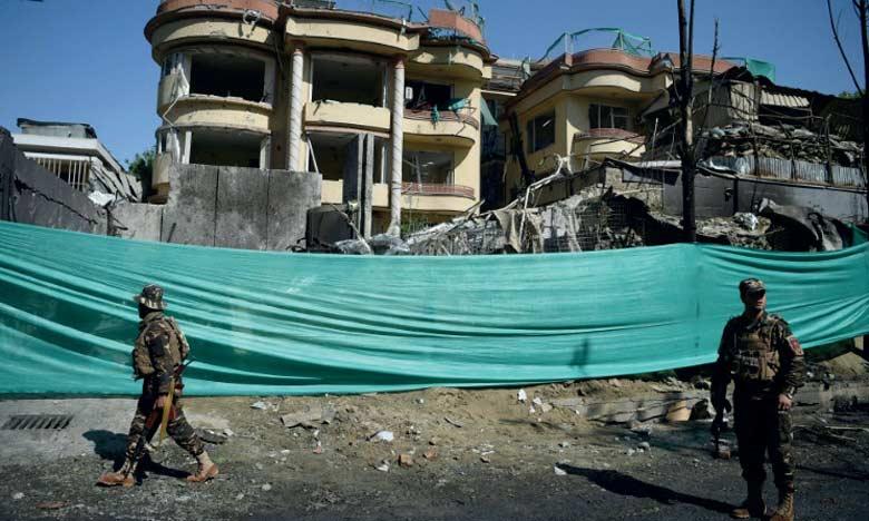 Des membres des forces de sécurité afghanes sur les lieux de l'attaque revendiquée par les talibans contre un  immeuble abritant l'ONG américaine, le 9 mai 2019 à Kaboul.                 Ph. AFP