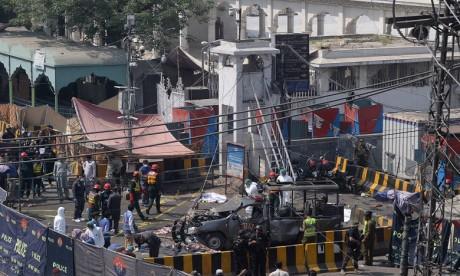 L'attentat s'est produit dans une zone fréquentée de Lahore, près de l'entrée réservée aux femmes d'un mausolée soufi du XIe siècle. Ph. AFP