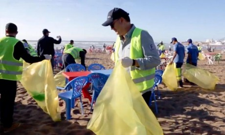 La collecte des déchets laissés in situ au niveau de la plage de Aïn Diab, vise à sensibiliser à l'importance de la préservation de l'environnement. Ph : DR