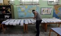 Les bureaux de vote ont ouvert progressivement. Ici en Grèce, où les jeunes de 17 ans votent pour la première fois. Ph. AFP