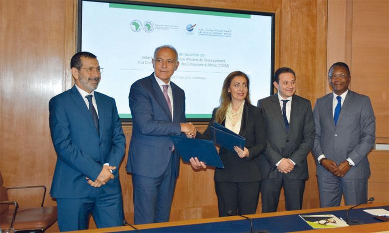 L'accord de don a été signé le 21 juin à Casablanca entre Salaheddine Mezouar, président de la CGEM, et Leïla Farah Mokaddem, représentante permanente de la BAD au Maroc. Ph. Sradni