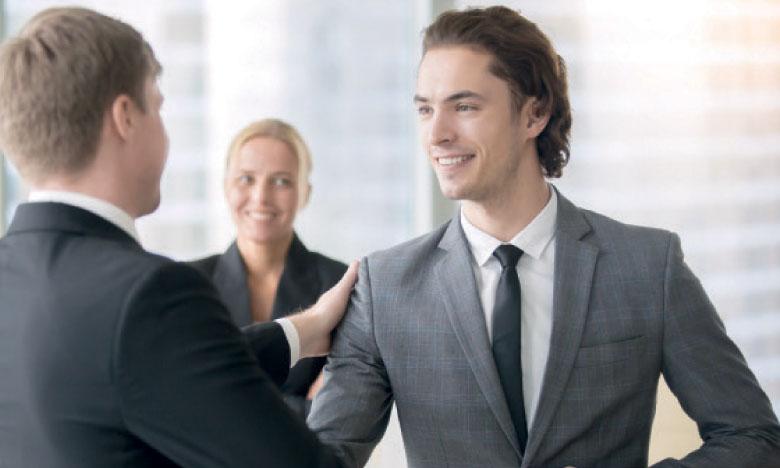 Le manager doit se rendre disponible pour écouter le collaborateur, comprendre ses contraintes  et ses points de blocage et répondre à ses interrogations. Ph. Shutterstock