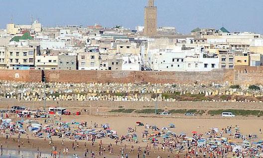 Opération de nettoyage  de la plage à Rabat
