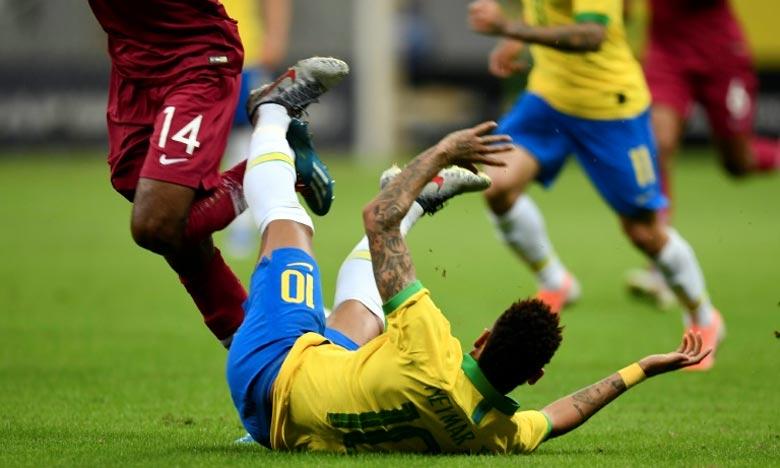 Lors du match amical Brésil-Qatar, à Brasilia, juste avant le début de la Copa America, Neymar a, de nouveau, été victime d'une blessure à la cheville droite. Touché sur un tacle. Ph : AFP