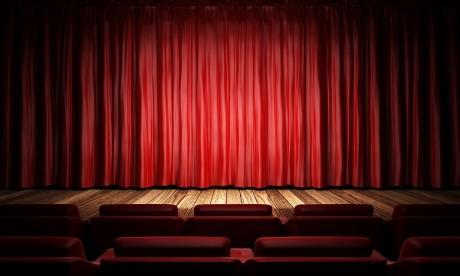 Le changement constitue une particularité du théâtre à travers son histoire, ses domaines, ses écoles, sa communication, son évolution et son dynamisme. Ph : shutterstock.