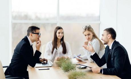 Il faut être à l'écoute du salarié et surtout l'impliquer dans la prise de décision. C'est ainsi qu'il devient capable de donner le meilleur de lui-même. Ph. shutterstock