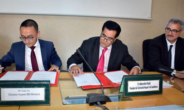 La convention de partenariat a été signée par Yuan Yu, directeur de Huawei EBG Morocco (à gauche), et Abderrahim Khalidi, président de l'Université Hassan II de Casablanca.                     Ph. Sradni
