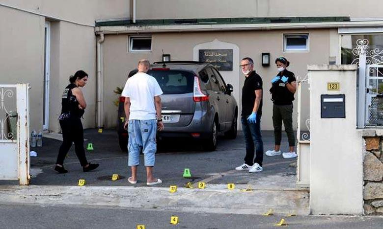 La police inspectant la cour de la mosquée de Pontanezen où ont été tirés les coups de feu. Ph :  AFP