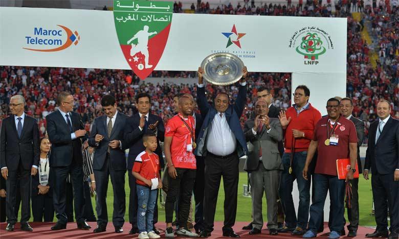 Le président du Wydad de Casablanca soulevant le bouclier du Championnat pour la saison 2018-2019. Reportage photos Seddik