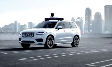 Le XC90 de base est équipé d'un dispositif de sécurité de pointe qui facilite l'installation par Uber de son système de conduite autonome.