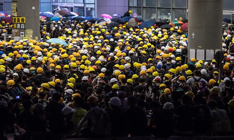 A Hong Kong, des jeunes dans la rue contre une loi sur l'extradition
