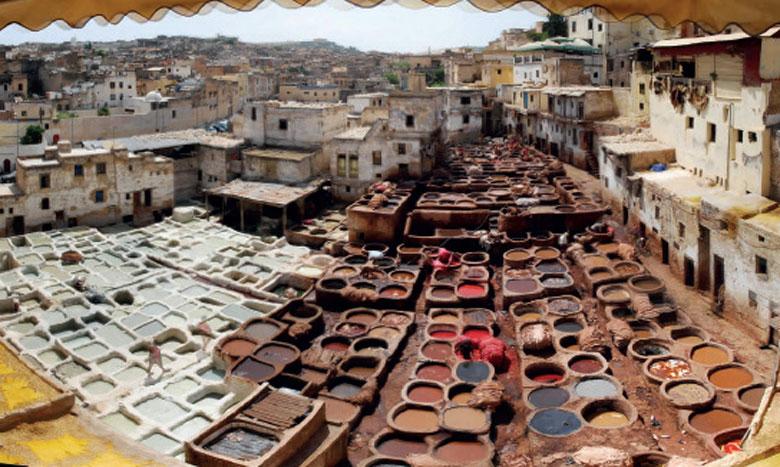La ville de Fès est célèbre pour ses tanneries Chowara, Sid Moussa et Aïn Zliten, qui constituent  une attraction pour les touristes et où s'activent quelque 845 tanneurs.