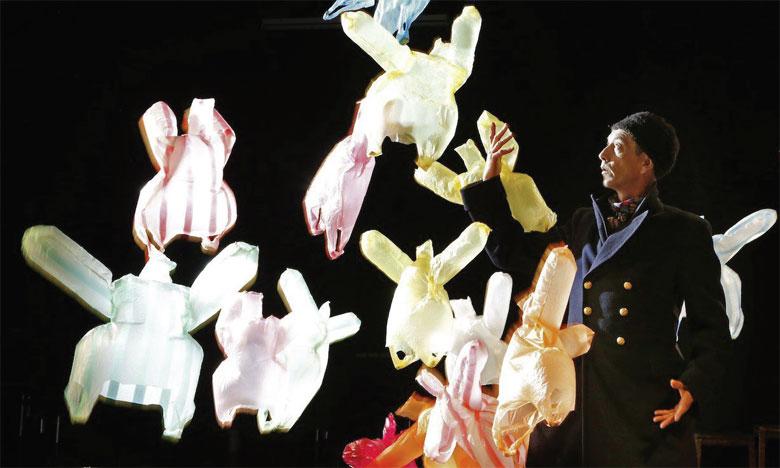 Le spectacle met en scène le plastique à la fois dans sa beauté et dans sa laideur.