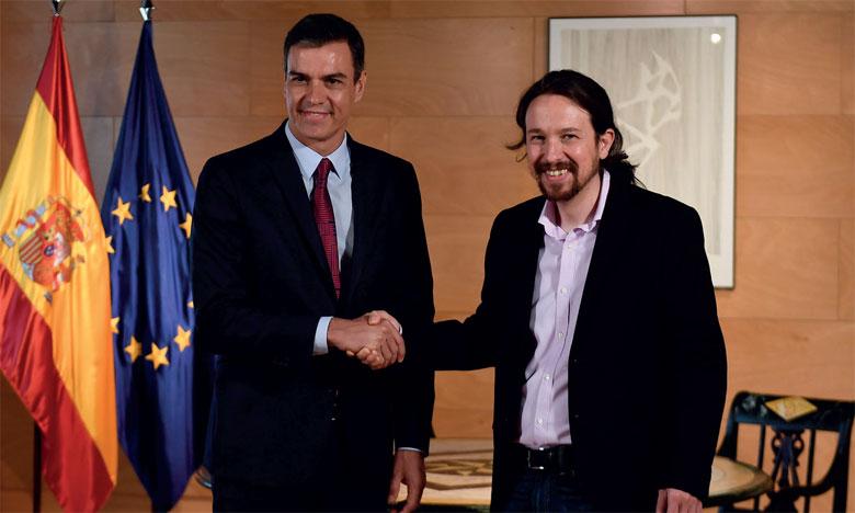Le Premier ministre espagnol Pedro Sanchez (à gauche) a besoin des voix des 42 députés de Podemos dirigé par Pablo  Iglesias (à droite).      Ph. AFP