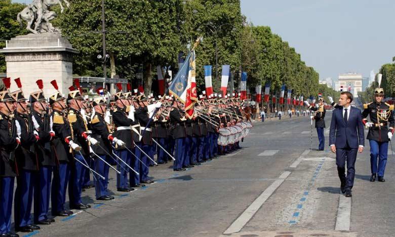 Emmanuel Macron a ouvert les festivités en descendant l'avenue des Champs-Élysées à bord d'un «command car», avant de passer en revue des troupes aux côtés de son chef d'état-major.