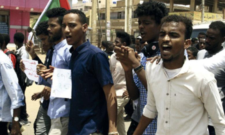 Cinq lycéens ont été tués et plus de 60 blessés, certains par des tireurs embusqués, lors d'une manifestation à Al-Obeid dénonçant des pénuries de pain et de carburant.
