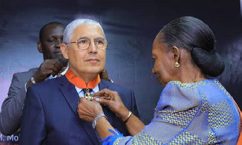 Mohamed El Kettani, PDG du groupe Attijariwafa bank, élevé au grade de Commandeur de l'Ordre national de Côte d'Ivoire