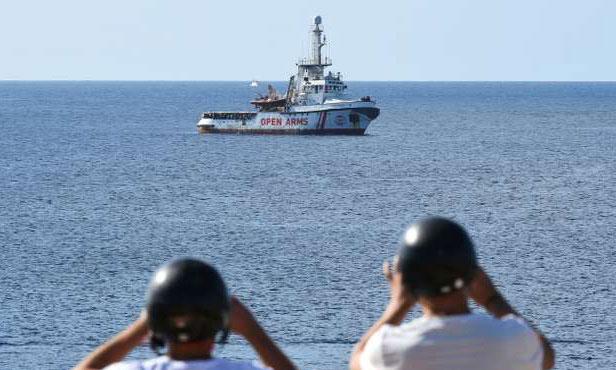 Des migrants désespérés  se jettent à l'eau