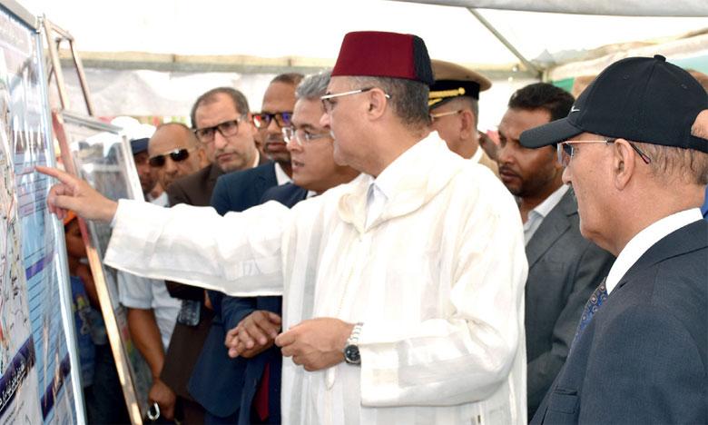 La délégation officielle lors de la présentation du programme de construction de routes dans la commune de Chouafâa.