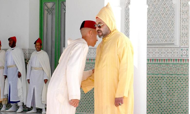S.M. le Roi, Amir Al-Mouminine, accomplit  la prière de l'Aïd Al-Adha à la mosquée Hassan II à Tétouan et reçoit les vœux  en cette heureuse occasion