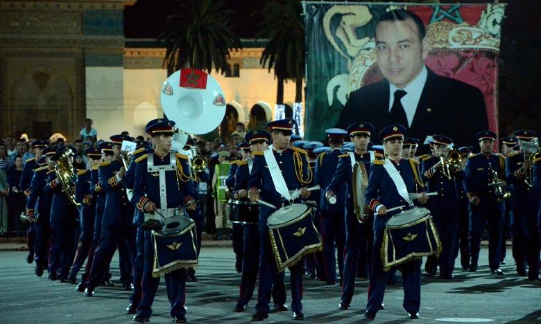La retraite aux flambeaux de la Garde royale illumine des milliers de spectateurs dans les principales artères des villes de M'diq et de Tétouan, pour célébrer l'une des fêtes les plus chères aux cœurs de tous les Marocains. . Ph : DR